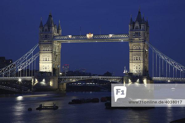 Tower Bridge mit Schiff auf der Themse  London  England  Großbritannien  Europa