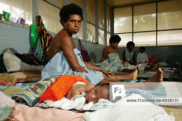 Neugeborenes mit Mutter im Krankenhaus  Butaweng  Papua Neuguinea  Melanesien
