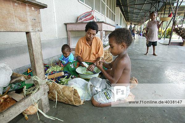 Angehörige der Patienten bereiten eine Mahlzeit  Krankenhaus  Butaweng  Papua Neuguinea  Melanesien