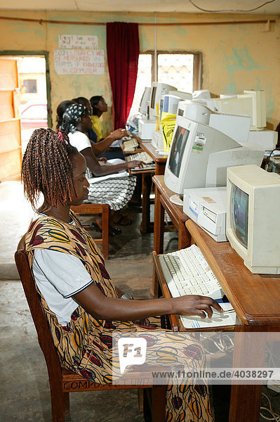 Junge Frauen im einem Computerraum  Frauenbildungszentrum  Bamenda  Kamerun  Afrika