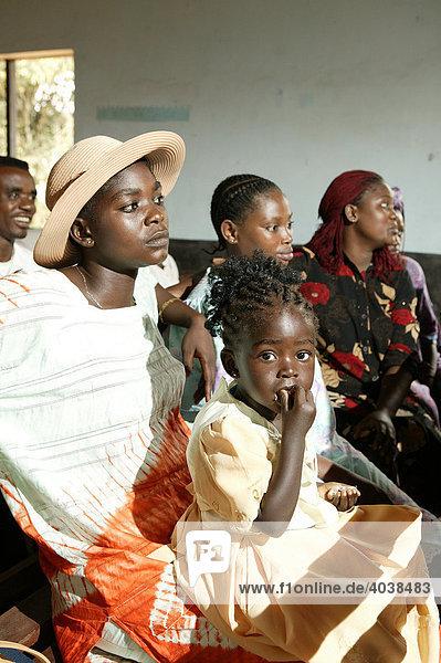 Frau mit Kind  während des Gottesdienstes  Manyemen  Kamerun  Afrika