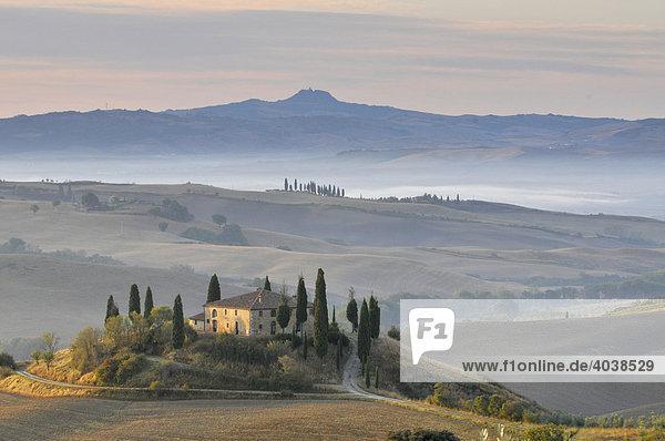 Haus auf dem Land  Podere Belvedere im Morgennebel  Val d'Orcia  Toskana  Italien  Europa