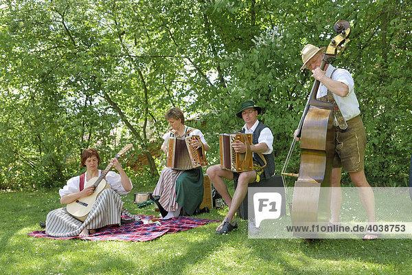 Musikantengruppe beim Volksmusikspektakel Drumherum in Regen  Niederbayern  Deutschland  Europa