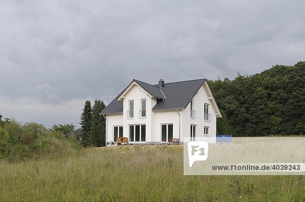 Frisch fertiggestelltes Wohnhaus in Neubaugebiet  Nordrhein-Westfalen  Deutschland  Europa