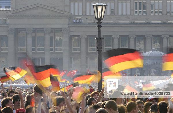 Fußballfans der deutschen Nationalmannschaft mit Flaggen auf dem Schlossplatz  Stuttgart  Baden-Württemberg  Deutschland  Europa