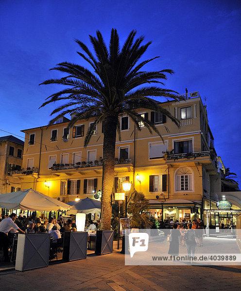 Nachtaufnahme Fußgängerzone in Alassio  Riviera dei Fiori  Ligurien  Italien  Europa