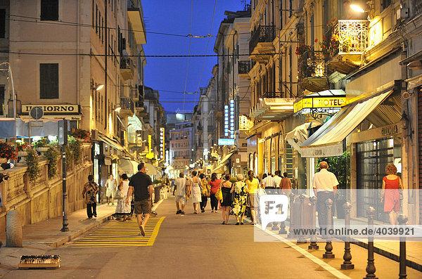 Fußgängerzone  Nachtaufnahme  San Remo  Riviera dei Fiori  Ligurien  Italien  Europa