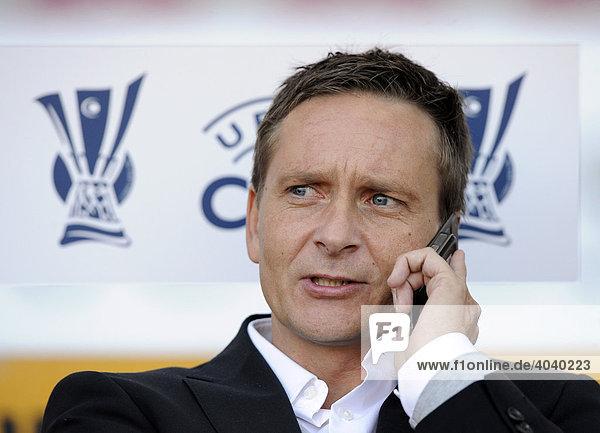 Manager Horst HELDT  VfB Stuttgart  telefoniert mit Handy vor UEFA-Cup Logo