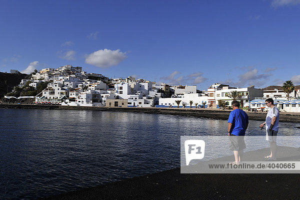 Angler im Hafen von Las Playitas  Fuerteventura  Kanarische Inseln  Spanien  Europa