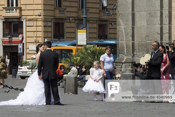 Hochzeitspaar mit Fotograf und Videofilmer auf auf der Piazza Plebescito vor dem Palazzo Reale  Neapel  Kalabrien  Italien  Europa