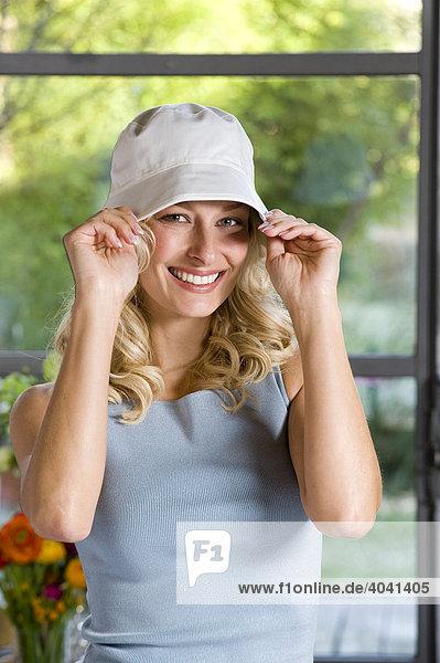 Frau schmückt sich mit Freizeit-Hut