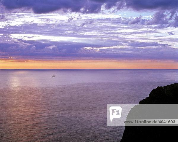 Felsen des Nordkap  Abendstimmung über dem Meer  Schieferplateau  Insel Mageroya  Norwegen