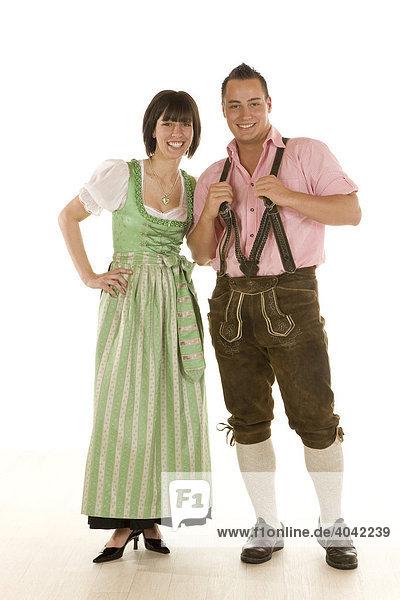 Frau und Mann  Anfang 20  in bayerischer Tracht