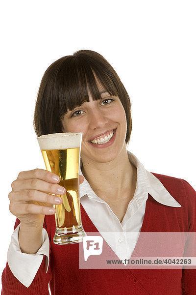 Frau  20-jährig  prostet mit Bierglas zu