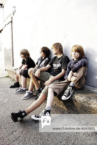 Vier Jungen im Hinterhof
