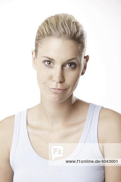 Blonde Frau im hellblauen Top  verzieht Mund