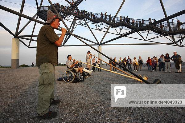 Alphornbläser während Extraschicht  Lange Nacht der Industriekultur  Thema Vulkanexpedition  auf dem Tetraeder  Halde in Bottrop  Nordrhein-Westfalen  Deutschland  Europa
