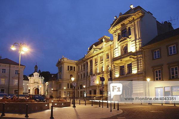 Beleuchtetes Gebäude der National Philharmonie in der Altstadt  Vilnius  Litauen  Baltikum  Nordosteuropa