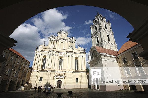 Blick auf St. Johannis Kirche im Großen Hof der Universität in der Altstadt  Vilnius  Litauen  Baltikum  Nordosteuropa