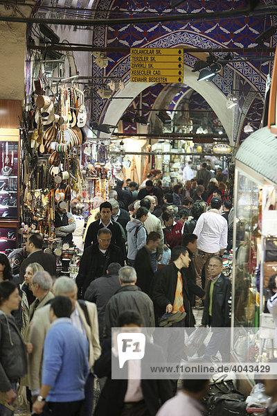 Gang voller Menschen  Großer Basar  überdachter Markt für Waren aller Art  Istanbul  Türkei