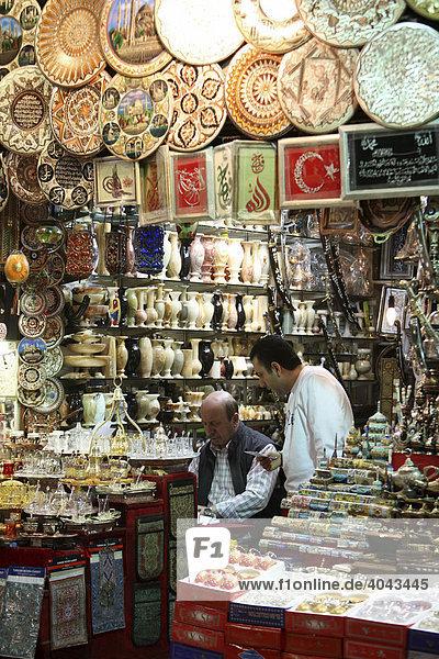 Verkaufsstand  Großer Basar  überdachter Markt für Waren aller Art  Istanbul  Türkei