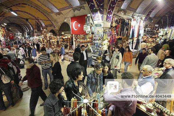 Menschen  Großer Basar  überdachter Markt  mit vielen Gewölben für Waren aller Art  Istanbul  Türkei