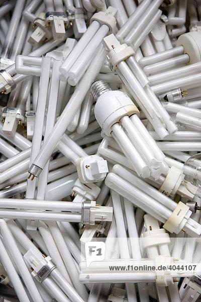 Defekte  aussortierte Leuchtmittel  Energiesparlampen  zur Entsorgung auf einem Recyclinghof  Deutschland Defekte, aussortierte Leuchtmittel, Energiesparlampen, zur Entsorgung auf einem Recyclinghof, Deutschland