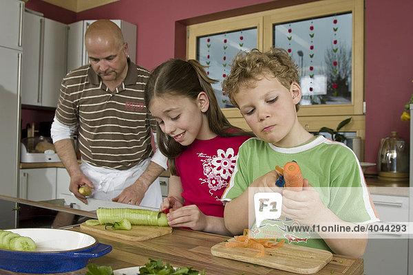 Vater  Kinder  gemeinsam kochen