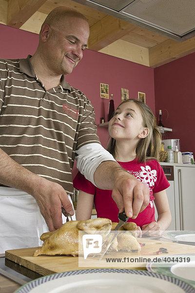 Vater und Tochter kochen gemeinsam