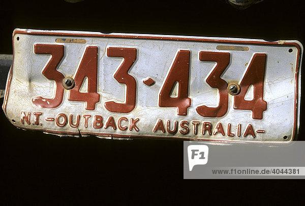 Verbeultes Nummernschild eines Geländewagens im Outback  Northern Territory  Australien