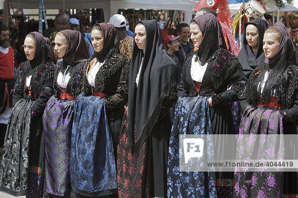 Junge Frauen in traditionellen Kostümen auf der Cavalcata Sarda in Sassari  Sardinien  Italien  Europa