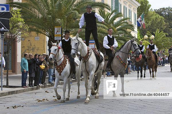Reiter in traditionellen Kostümen auf der Cavalcata Sarda in Sassari  Sardinien  Italien  Europa
