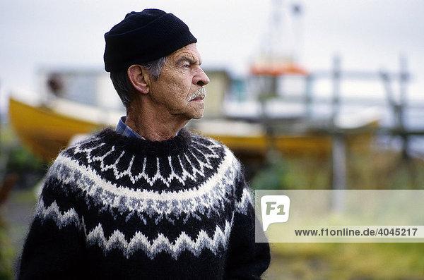 Alter isländischer Fischer mit Wollpullover  Porträt  Island  Europa