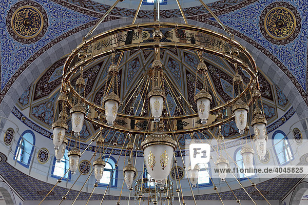 Riesiger  goldener Kronleuchter  DITIB-Merkez-Moschee  Neubau im osmanischen Stil  eine der größten Moscheen Deutschlands  Duisburg-Marxloh  Ruhrgebiet  Nordrhein-Westfalen  Deutschland  Europa
