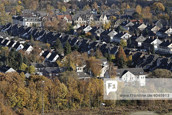 Straße mit ehemaligen Zechenarbeiterhäusern  Blick von oben  Halde Hoheward  Recklinghausen  Ruhrgebiet  Nordrhein-Westfalen  Deutschland  Europa