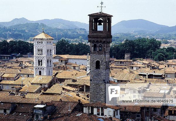 Blick über die Dächer von Lucca  Torre delle Ore  Toskana  Italien  Europa