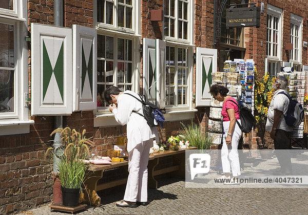 Touristen betrachten die Angebote vor einem Souvenirgeschäft im Holländischen Viertel von Potsdam  Brandenburg  Deutschland  Europa