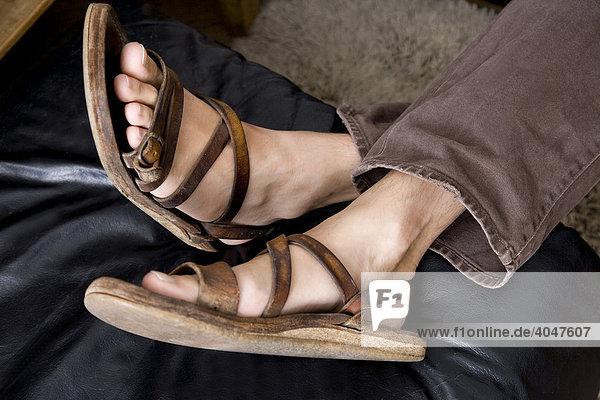 Männerfüße mit Sandaletten