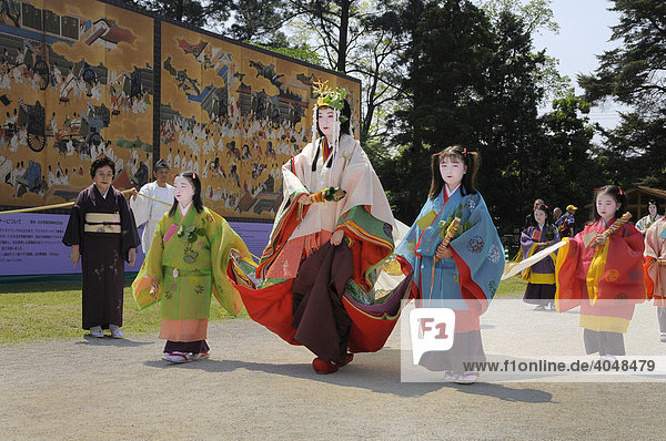 Saio dai mit Hofstaat  Hauptfigur des Aoi-Festes in der Tracht der Heian Periode im Kamigamo Schrein  Kyoto  Japan  Asien
