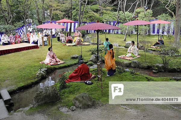 Priester und Frauen in Kimonos der Heian Periode bei einer shintoistischen Feier  Aoi Fest  sitzend an einem heiligen Bach im Kamigamo Schrein in Kyoto  Japan  Asien
