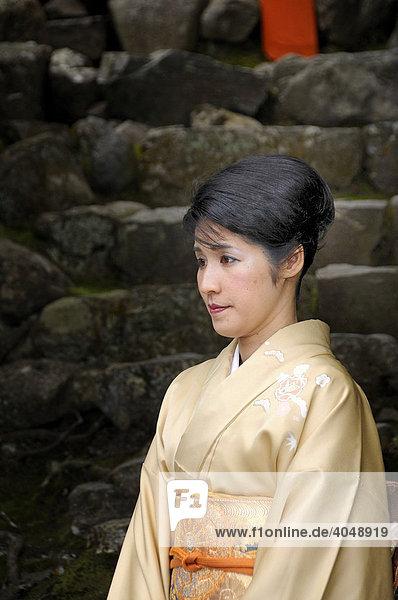 Japanerin im Kimono besucht den Kamigamo Schrein in Kyoto  Japan  Asien