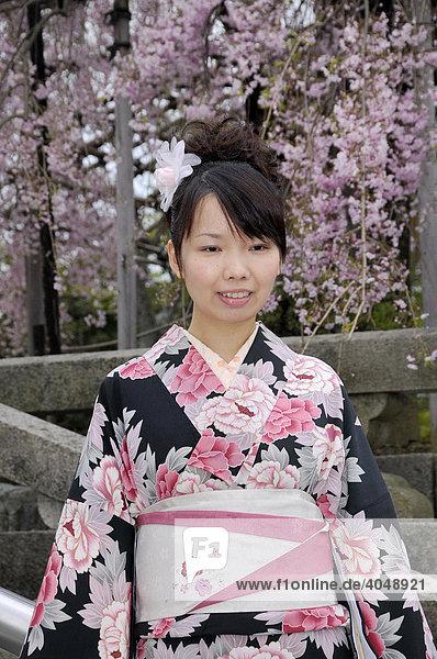 Japanerin im Frühlingskimono während der Kirschblüte  Kyoto  Japan  Asien