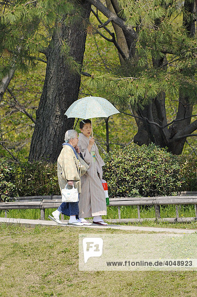 Ältere Japanerinnen mit Sonnenschirm beim Spaziergang  Kyoto  Japan  Asien