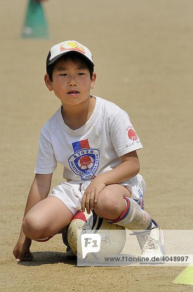 Kind trainiert Fußball bei einem Fußballverein von Kyoto  Japan  Asien