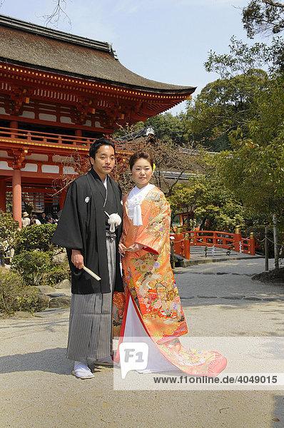Traditionelles japanisches Brautpaar vor dem Kamigamo Schrein in Kyoto  Japan  Asien