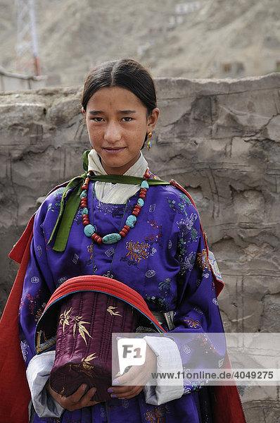 Ladakhfrau in traditioneller Samtkleidung mit Türkiesschmuck und Samthut  Leh  Ladakh  Nordindien  Himalaja