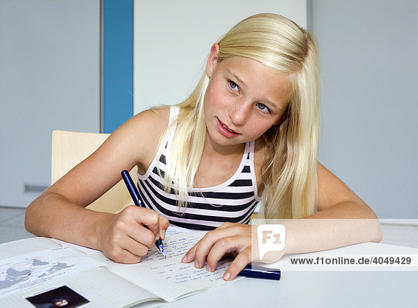 Ein Mädchen  elf Jahre  beim Lernen