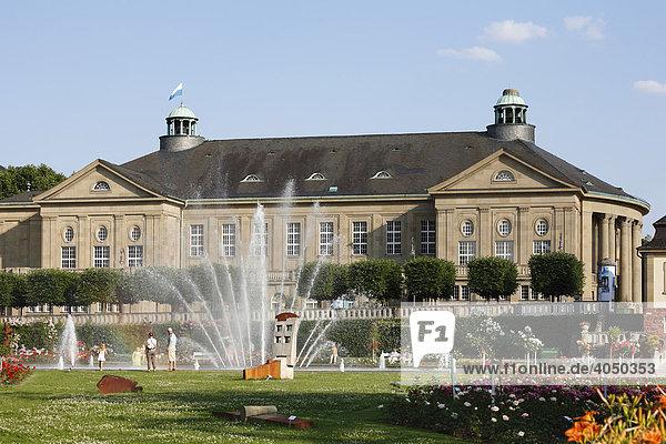 Springbrunnen und Regentenbau in Bad Kissingen  Rhön  Unterfranken  Bayern  Deutschland  Europa