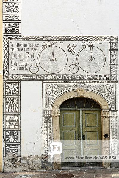 Puch-Gedenkstätte  Erinnerung an die Schlosserlehrzeit des Johann Puch  Sgraffitodekor  Bad Radkersburg  Steiermark  Österreich  Europa