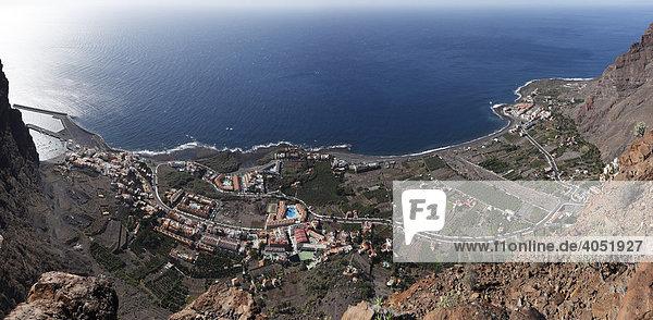 Panorama  Vueltas mit Hafen  Borbalan und La Playa  rechts hinten  im Valle Gran Rey  La Gomera  Kanaren  Kanarische Inseln  Spanien  Europa